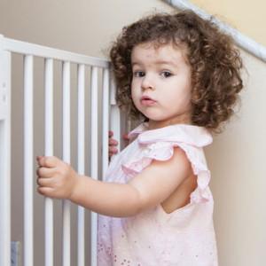 Treppenschutzgitter Kind am Gitter